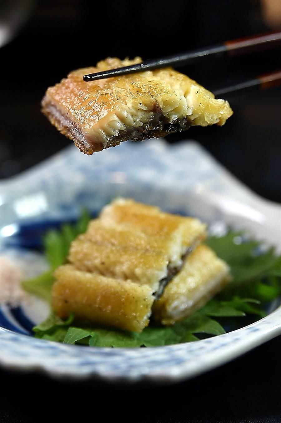 〈初魚料亭〉的菜色有冷有熱、有生有熟,圖中的〈白燒鰻〉帶有脂香,沾點玫瑰鹽提味更能帶出甜味。(圖/姚舜)