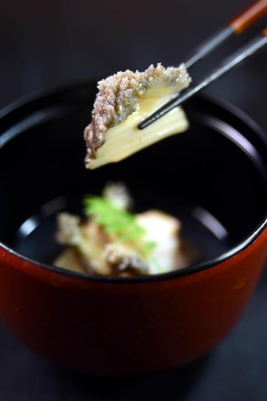 位在信義區新光A9館7樓的〈初魚料亭〉,〈酒蒸鮑魚〉是將南非鮮鮑以小火慢慢蒸熟,肉質非常細緻鮮嫩且入味。(圖/姚舜)