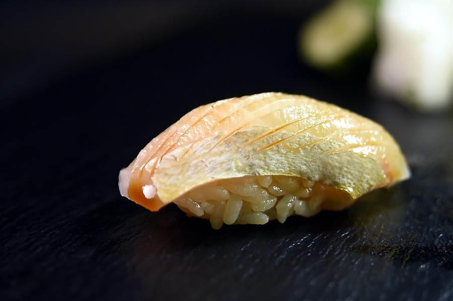 〈愛媛縣間八〉是油脂豐厚的紅魽腹肉,信義區新光A9〈初魚料亭〉廚師在魚肉上畫刀,塗上淡味醬油讓味道更均勻。(圖/姚舜)