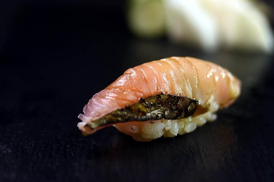 〈初魚料亭〉處理魚肉的方式很多元,圖中的〈鰆魚握壽司〉的鰆魚即用稻草煙燻賦味。(圖/姚舜)