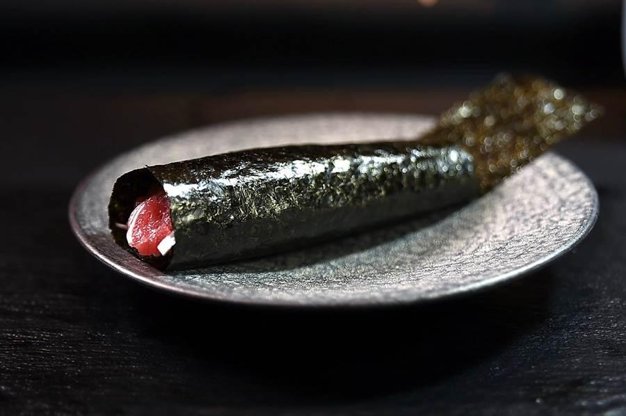 季節盛產的大蔥,清甜多汁且沒有辛味,〈初魚料亭〉新光A9館主廚將之切成細絲與鮪魚中腹肉丁作成〈大蔥鮪魚卷〉。(圖/姚舜)