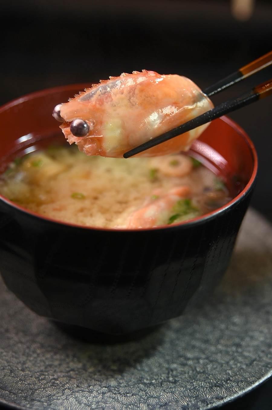 〈初魚料亭〉信義A9店的味噌湯,湯頭是用蛤蜊、魚肉和牡丹蝦頭一起熬煮。(圖/姚舜)