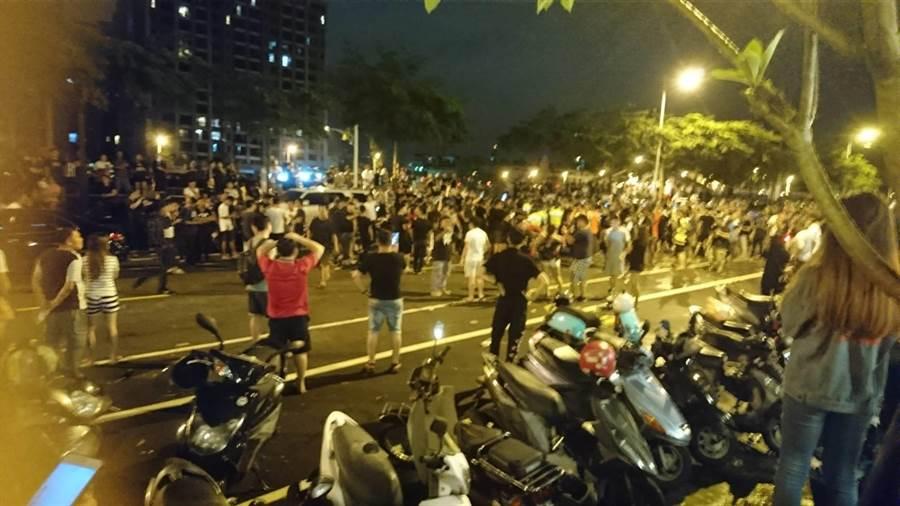 太平區疑兒虐事件,引近500鄉民群情激憤,23日深夜聚集郭姓保母家前,與警方對峙4個多小時。(張妍溱攝)