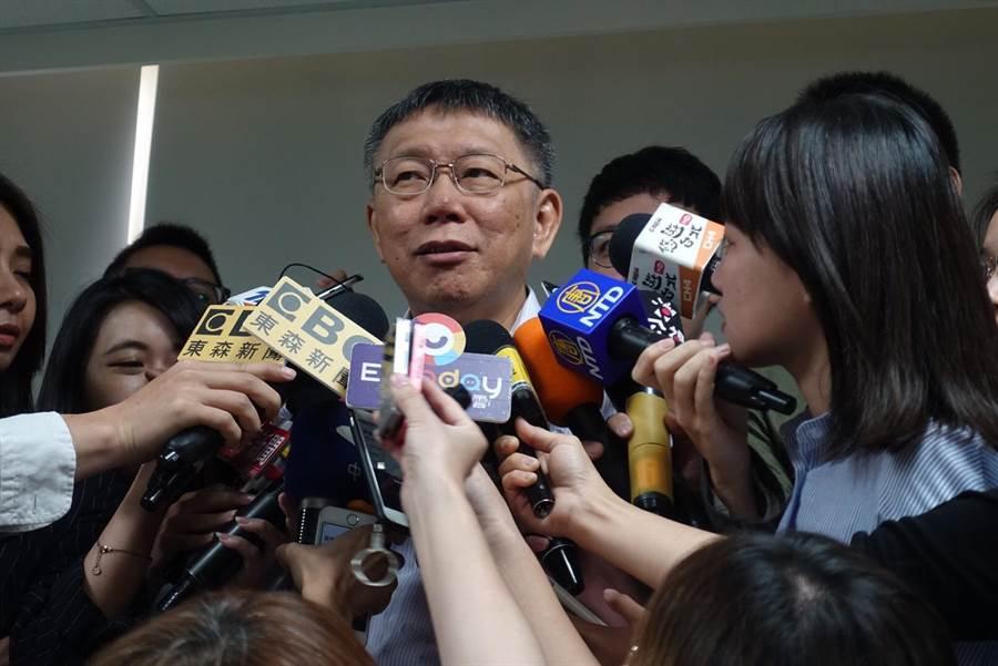 台北市長柯文哲今出席中正區里長座談前,接受媒體訪問。(張潼攝)