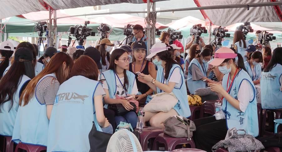 桃園市空服員職業工會26日召開記者會,表達訴求。(甘嘉雯攝)