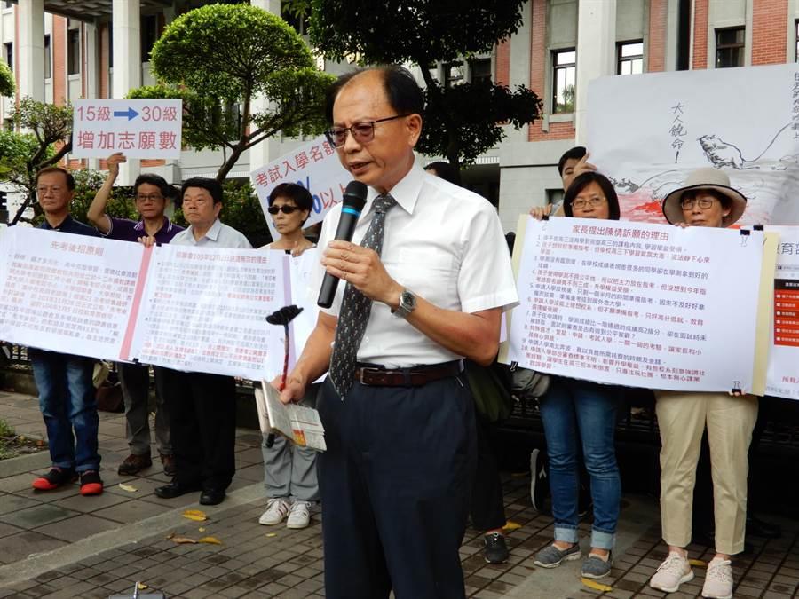 家長王鎮東指控,大學考招制度的缺失,讓他小孩的升學權益受損。(林志成攝)