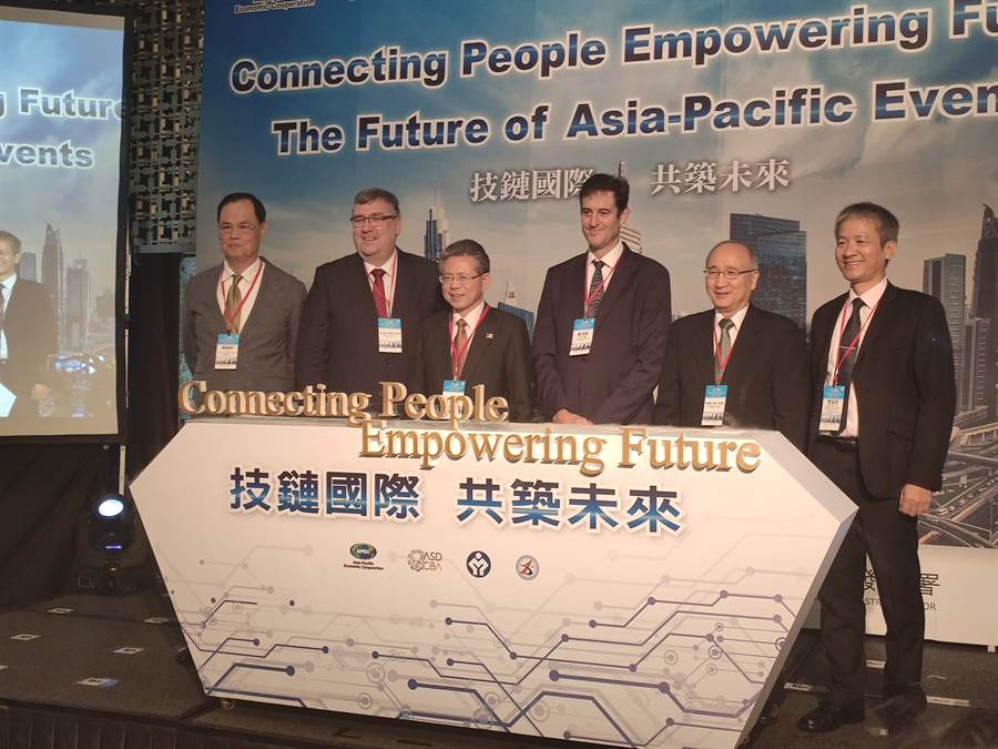 原訂由勞動部部長許銘春出席的「2019數位會展國際進階班」開訓典禮暨APEC工作坊,臨時取消由次長林三貴(左三)代打。(林良齊攝)