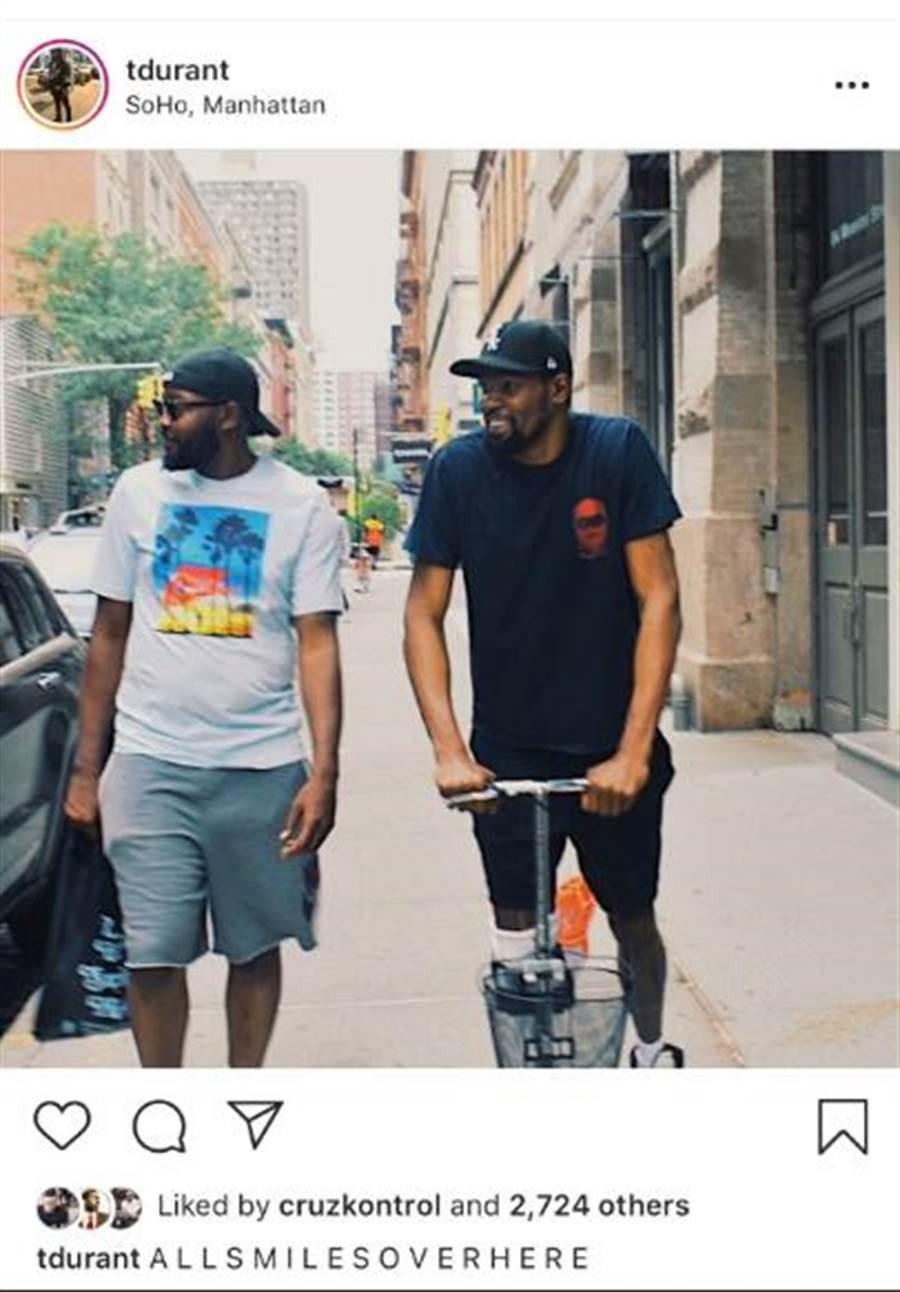 杜蘭特與老哥托尼漫步在紐約街頭,看起來心情還不錯。(翻拍網路)