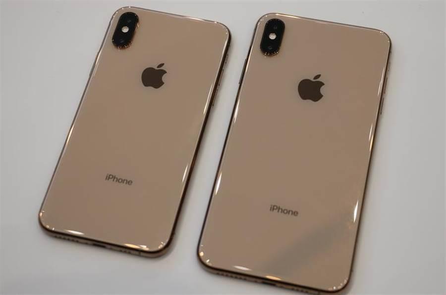 金色的iPhone XS以及iPhone XS Max(2018年9月發表)。(圖/黃慧雯攝)