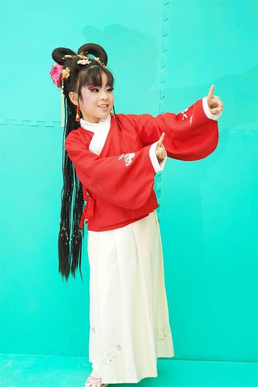 新台灣之子江曉芳的母親是印尼籍新住民,她從國小二年級開始接觸歌仔戲表演,苦練多年,一穿上戲服, 猶如天生「戲精」充滿自信光彩。(校方提供)