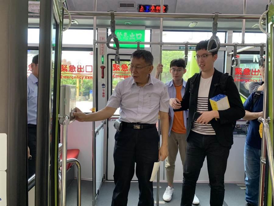 雙北公車7月起實施上下車刷卡,市長柯文哲今搭乘公車體驗。(林縉明攝)