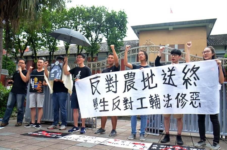 反對《工輔法》修惡,多位大專學校學生到立法院外抗議。(圖/主辦單位提供)