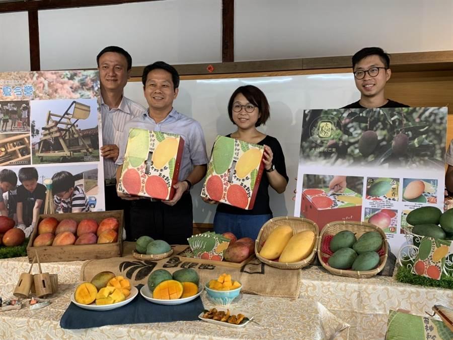南藝大留鄉青年與在地農友合作,創立「大崎藝術芒果」品牌,盈餘的5%將回饋給社區兒童藝術教育。(劉秀芬攝)