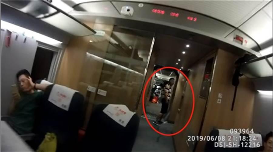 運毒的長沙市龍姓男子在高鐵上因腹痛難忍、行跡可疑,被通報警方後才露出馬腳,但也因而撿回一命。(圖/瀟湘晨報)