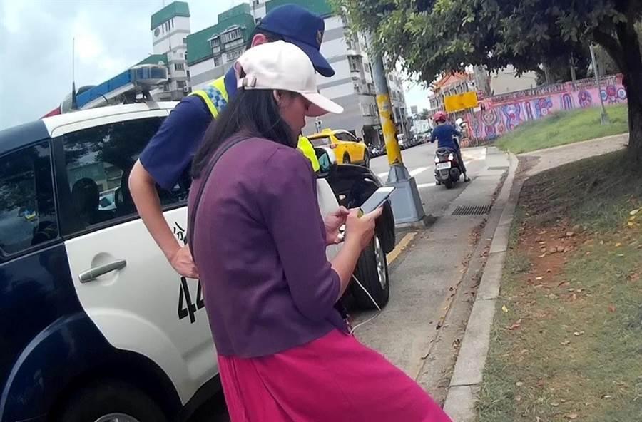 除帮助泰籍游客凯蒂,查到公车资讯外,台中市警局第四分局春社派出所员警李翊玮,也教导如何使用「台中等公车」APP。