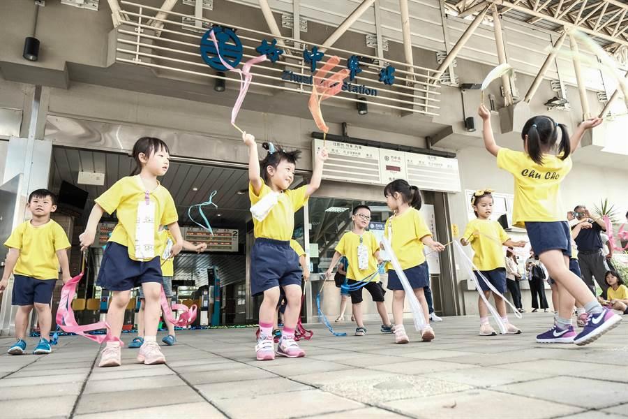 竹中國小附設幼兒園小朋友在竹中車站唱跳給過往民眾欣賞。(羅浚濱攝)