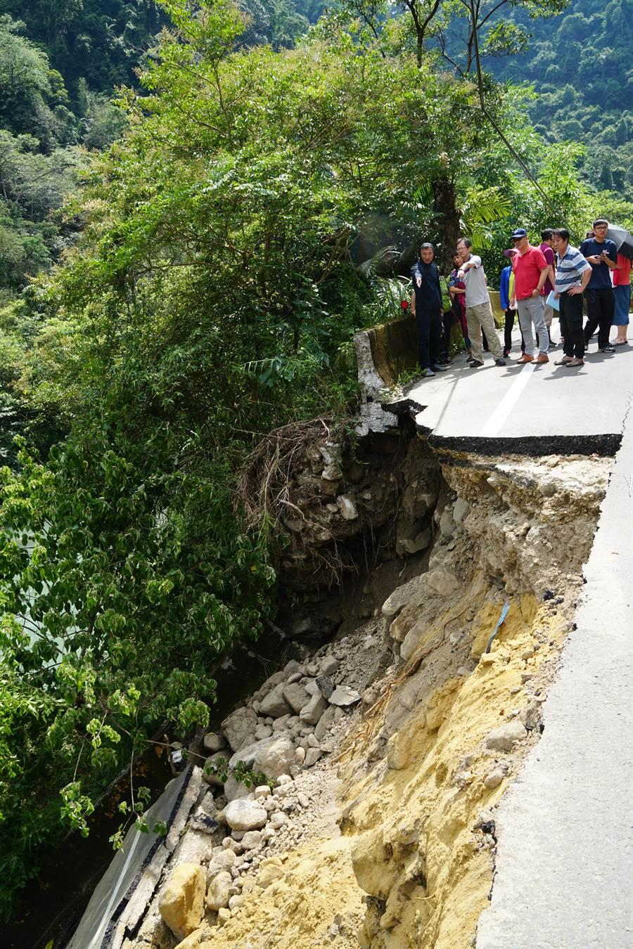 北埔鄉通往五指山的竹37線發生崩塌,縣長楊文科到場勘查搶修情形。(羅浚濱翻攝)
