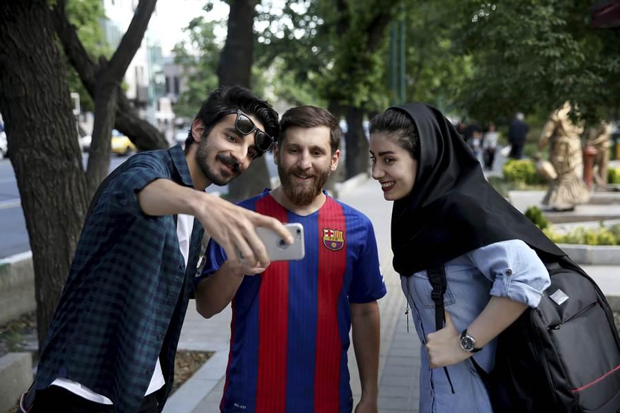 「伊朗梅西」帕拉斯泰許(中)常被要求合照。(資料照/美聯社)