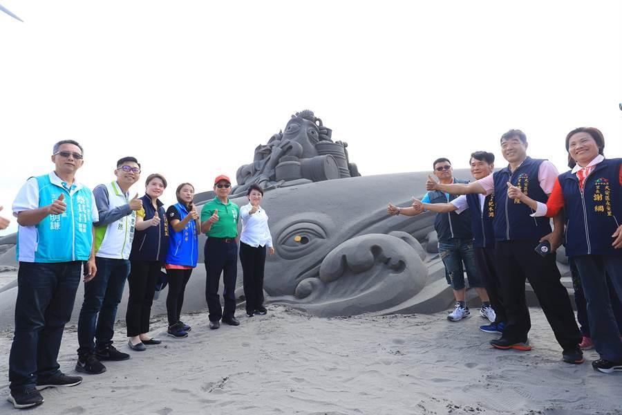 大安沙雕音樂季呈現12公尺長的鯨魚沙雕,沙雕師巧妙運用360度精細雕工,任何角度觀看都栩栩如生。(王文吉攝)