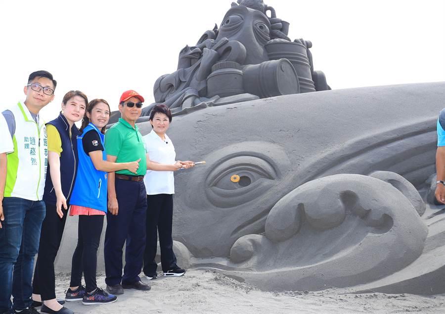 台中市長盧秀燕(右一)手握彩筆為「海翁」鯨魚沙雕點睛,象徵「2019大安沙雕音樂季」活動開跑。(王文吉攝)