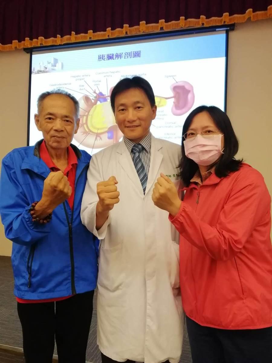 中國醫藥大學附設醫院外科部主治醫師葉俊杰(圖中)指出,2名患者經過藥物化療和手術,逐漸恢復健康。(張妍溱翻攝)