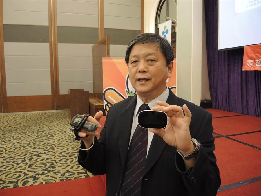 聯新國際醫院副院長暨高端科技睡眠中心主任吳清平主講「睡眠障礙」,並展示新舊檢測儀器。(邱立雅攝)