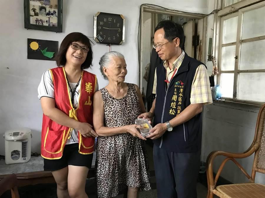 清水戶政事務所主任周烴松代表將粿食送給獨老。(陳淑娥攝)