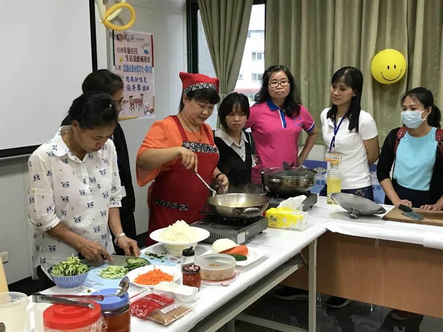 今年特別邀請印尼籍、越南籍新住民擔任講師。(陳淑娥攝)