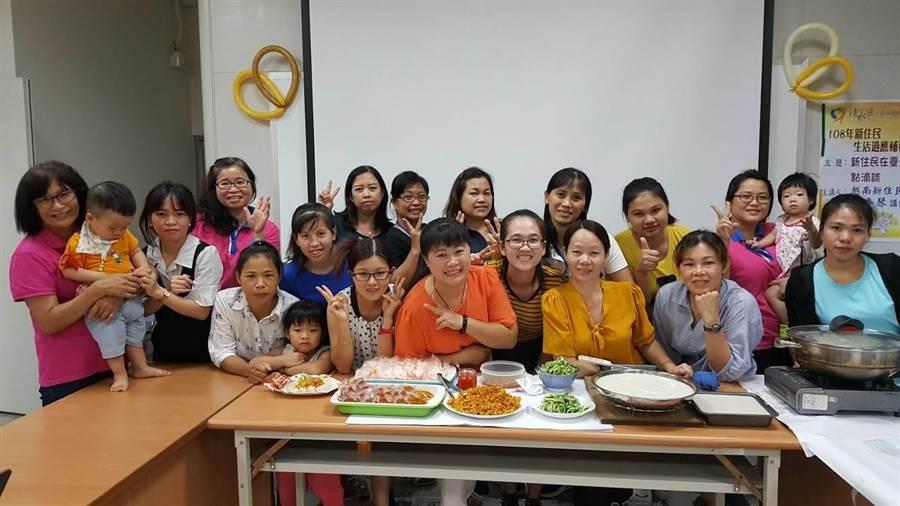新住民全員一起做粿食。(陳淑娥攝)