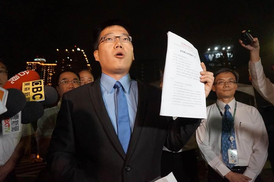 長榮公司委託律師蔡頤奕到罷工現場交付催告函,限時27日上午10點前取回委託取回的三寶。(甘嘉雯攝)