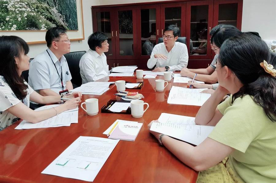 行政院副院長陳其邁主持登革熱疫情會議。(圖/陳其邁fb)