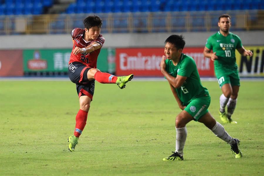 南韓外援朱益成(左)勁射破網,助航源FC主場1比1逼平和富大埔,拿下我國在亞足聯盃的歷史性首分積分。(航源FC提供)