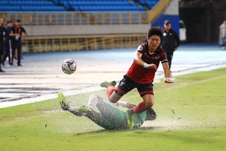 台北田徑場積水嚴重,航源FC與和富大埔在雨中苦戰。(航源FC提供)