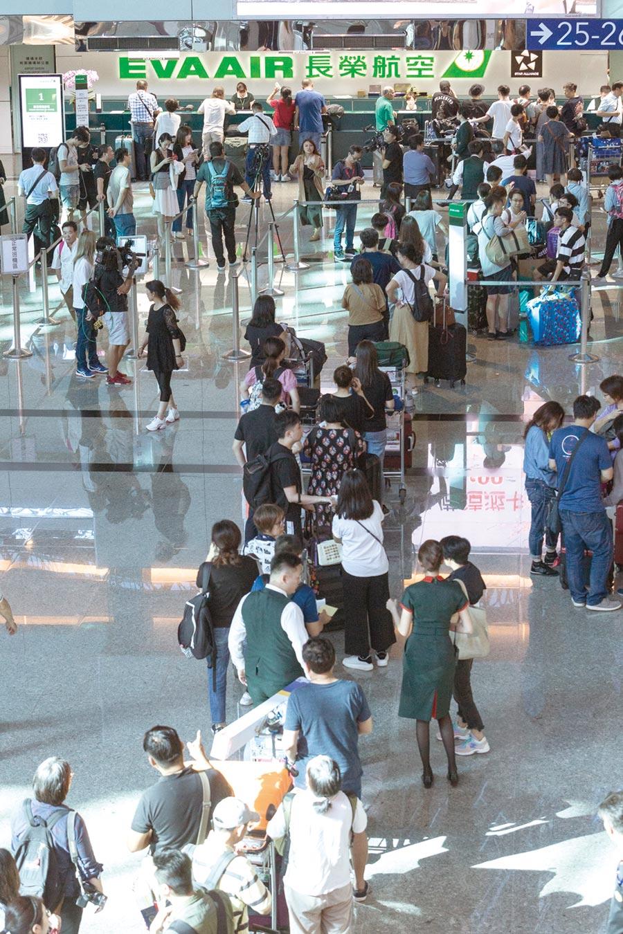 長榮空服員罷工,旅客大排長龍處理簽轉退票事宜。圖/本報資料照片