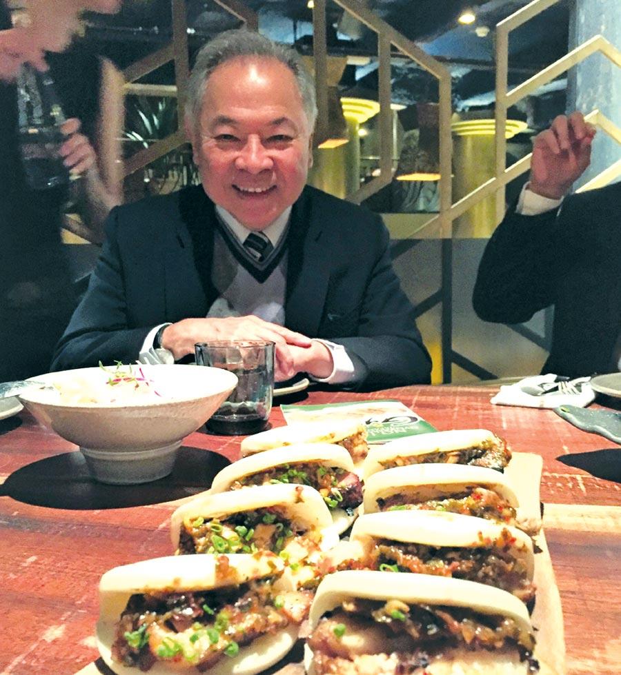 在法國巴黎的餐廳,大廚巧妙運用來自台灣的奇美刈包,夾出法式的美味;圖中人物為奇美食品董事長宋光夫。圖/奇美食品提供