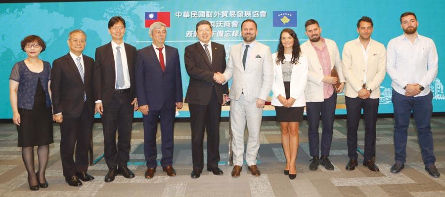 外貿協會秘書長葉明水(左五)與科索沃商會會長Berat Rukiqi(右五),代表雙方簽署合作備忘錄,並與嘉賓一同為建立經貿合作喝采。圖╱陳宗慶