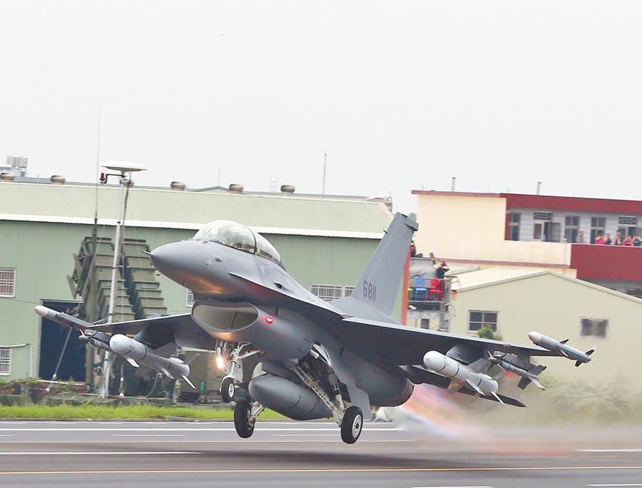我國防部也向美提出採購F-16V戰機需求。圖為今年的「漢光35演習」彰化戰備道起降操演,完成性能改良的編號6811的F-16V。                                       (陳怡誠攝)