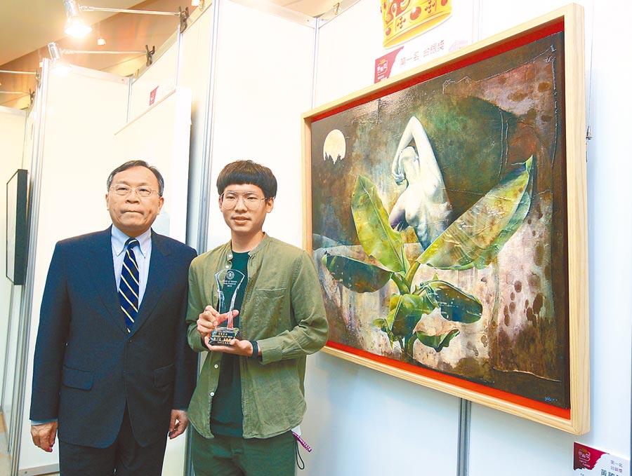 台銀藝術祭舉行頒獎典禮,首獎作者黃敏哲(中)與台銀董事長呂桔誠(左)在作品《月光》前合影。 (張鎧乙攝)