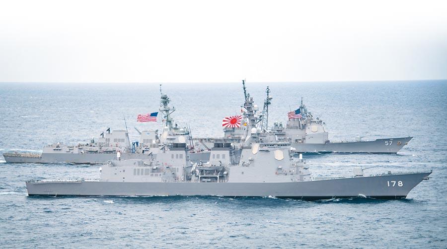 G20大阪峰會前夕,外媒披露川普對親信表示有意退出美日安保條例。圖為美日軍艦在海上聯合演習。(美聯社)