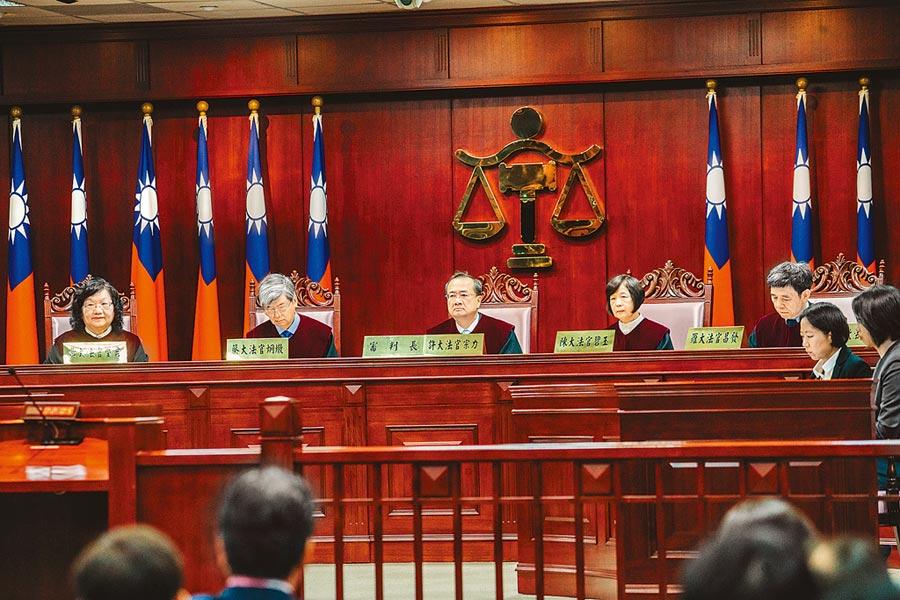 司法院大法官25日針對在野立委所提軍公教年改釋憲案於憲法法庭舉行公改言詞辯論,審判長許宗力(中)與14名大法官一同出席憲法法庭。(郭吉銓攝)