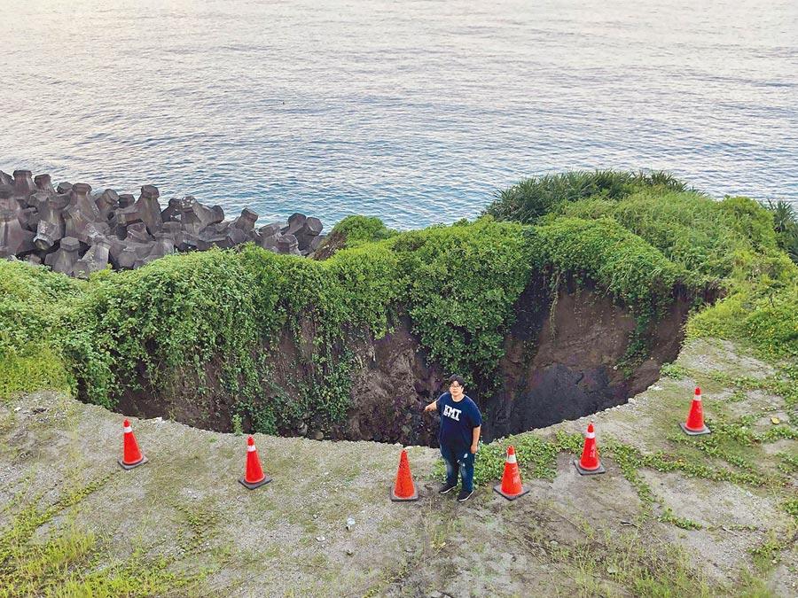 花蓮台11線8.5公里處旁海岸遭浪蝕掏空,赫見75平方公尺大、約10公尺深大洞。(許家寧翻攝)