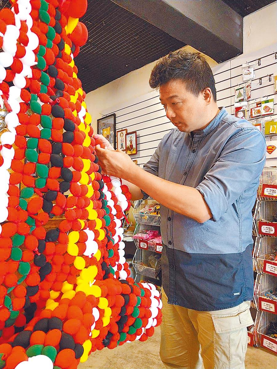 氣球藝術創作者林恐龍認真創作造型氣球作品。(范振和攝)