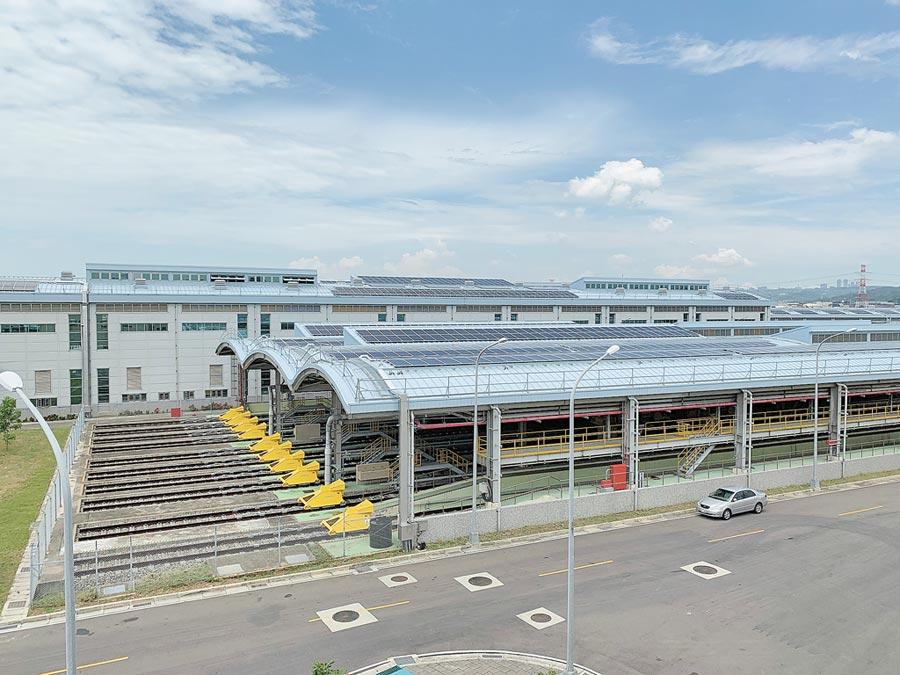 桃園捷運蘆竹機廠太陽能光電系統25日啟用,預計年發電量可達204萬度,將為桃捷公司帶來業外收入約221萬元的收益。(賴佑維攝)