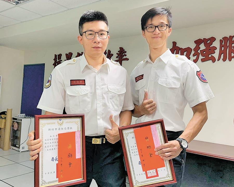 新竹市光復消防分隊員胡家齊(左)、潘星甫(右),順利挽救瀕死患者,獲消防局表揚。(徐養齡翻攝)