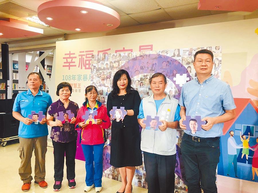 新竹市副市長沈慧虹(右三)25日與社區代表及防治單位共同疾呼「暴力零容忍」。(徐養齡攝)