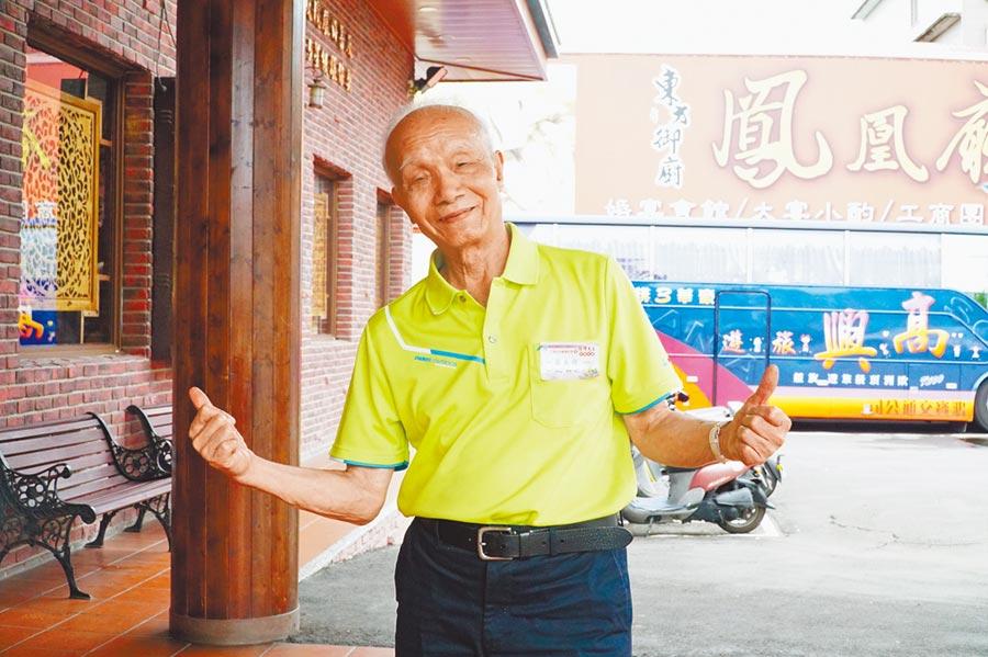 擔任導護志工的羅美瑜已有93歲,仍十分開朗、健康。(莊旻靜攝)