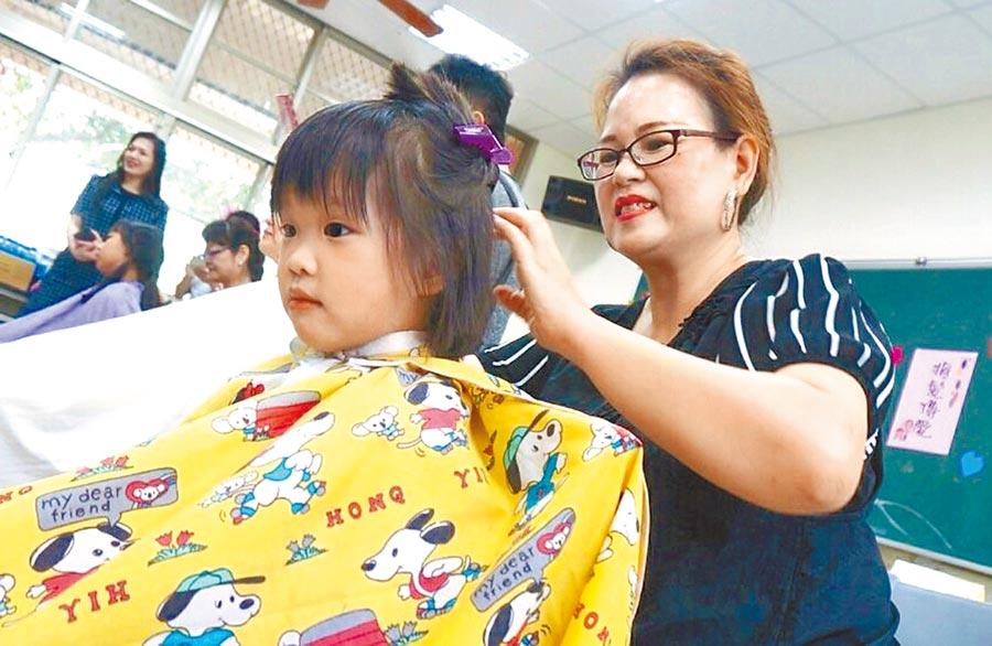 敦和國小小朋友將秀髮捐出助癌友。(楊樹煌攝)