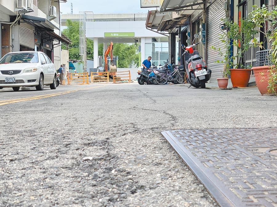 捷運烏日九德站因施作工程、大型機具進出,周邊道路龜裂嚴重,居民盼能儘速修復。(林欣儀攝)