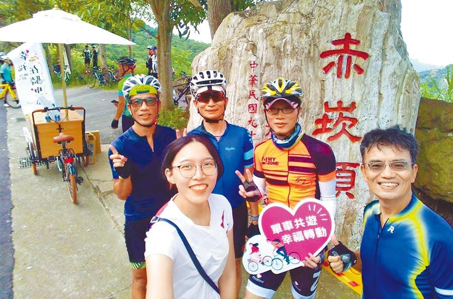 台中市政府觀旅局推出「幸福在騎中、單車無國界」;邀請網紅日本歐吉桑約騎136線自行車道。(陳世宗翻攝)