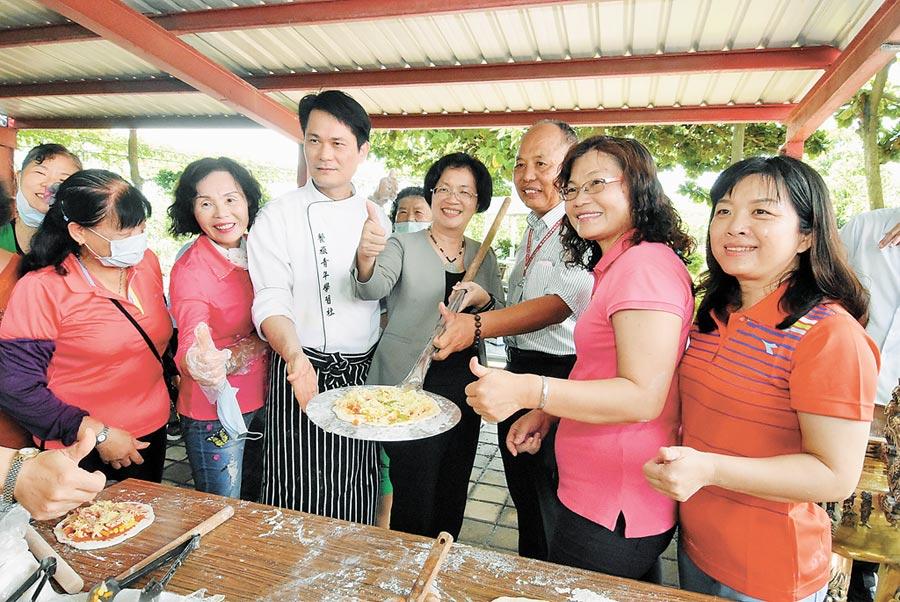 彰化縣第五處家庭照顧者支持服務據點25日在二林慈恩開幕揭牌,彰化縣長王惠美(左4)出席並與長者們一起製作手工披薩。(謝瓊雲攝)